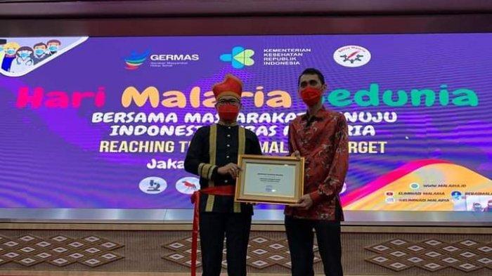 Pakai Baju Adat Tonsea, Joune Ganda Terima Penghargaan Eliminasi Malaria Dari Menteri Kesehatan