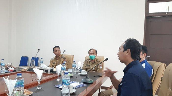 Pemimpin Redaksi Tribun Manado Jumadi Mapanganro berbicara saat silaturahmi pada Senin (05/04/2021) sore. (Tribun Manado/Aldi Ponge)
