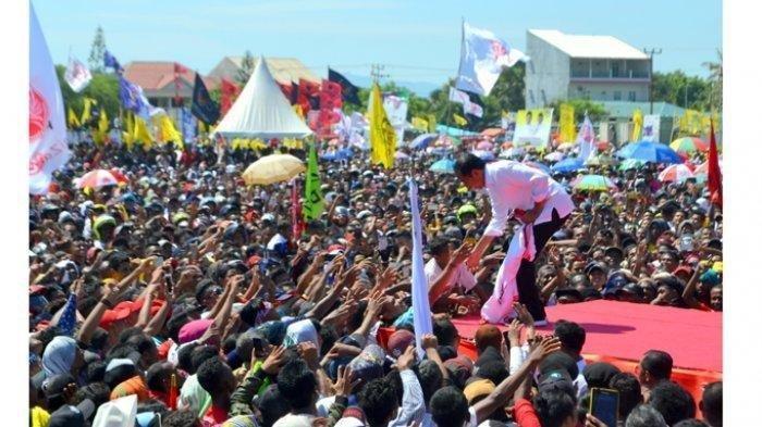 Jokowi Dapat Jaket dari Bocah saat Kampanye di NTT