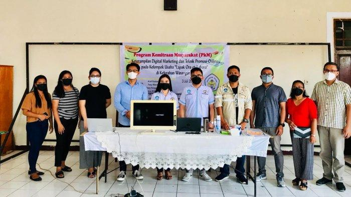 Ajarkan Teknik Promosi Online, Tim PKM Polimdo Latih UMKM di Winangun 1