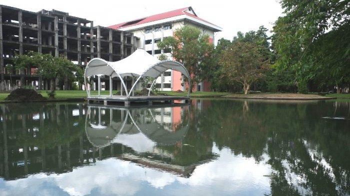 Kampus Universitas Sam Ratulangi Kota Manado yang sepi di saat pemberlakuakn PPKM, Jumat (13/8/2021).