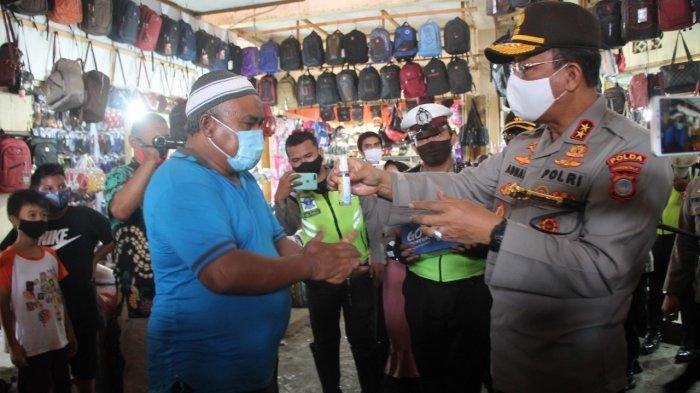 Kapolda GorontaloIrjenpol Adnas Bagikan Masker dan Hand Sanitizer diPasar Sentral