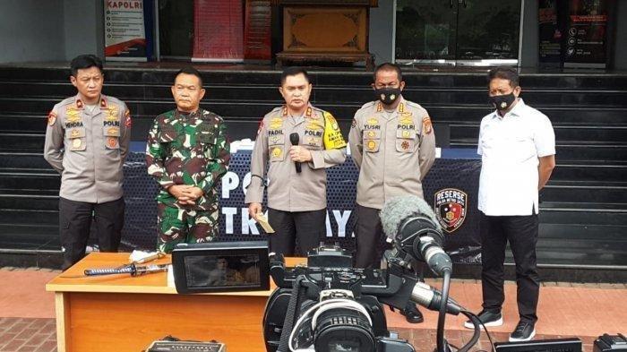 Kapolda Metro Jaya Irjen Pol Fadil Imran menjelaskan kronologi penyerangan kepada polisi yang dilakukan sepuluh orang yang diduga sebagai pengikut pemimpin FPI Muhammad Rizieq Shihab (MRS) di Polda Metro Jaya, Jakarta, Senin (7/12/2020).