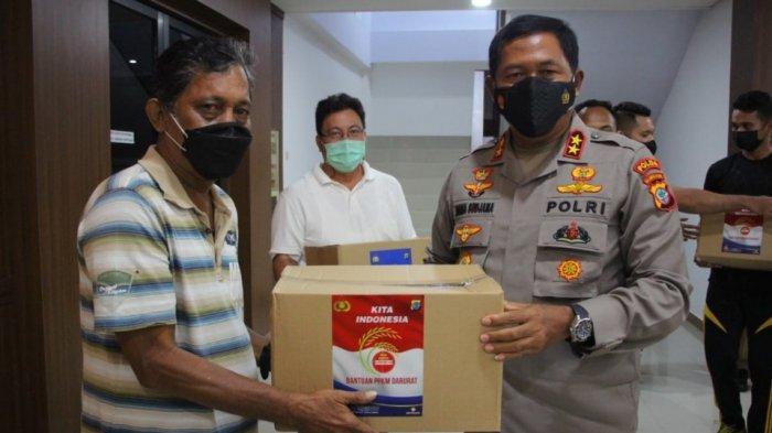 Kapolda Sulut Kawal Langsug Penyaluran Sembako, Ajak Warga Bangun Empathy Building