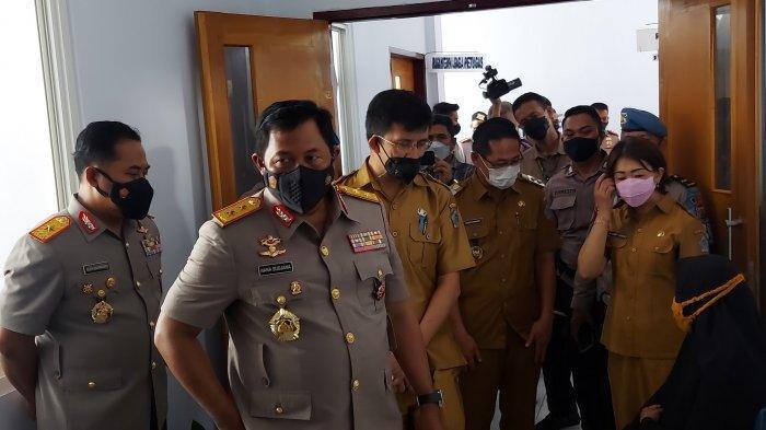 Kapolda Sulut Irjen Pol Nana Sudjana, meninjau pelaksanaan vaksinasi Covid 19 di Puskesmas Girian Weru.
