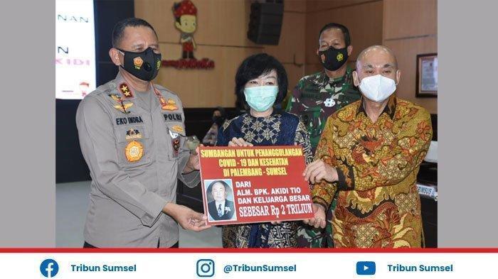 Kapolda Sumsel Irjen Pol Eko Indra Heri menerima bantuan Rp 2 Triliun dari perwakilan keluarga Akidi Tio untuk penanganan Covid-19 di Sumsel, Senin (26/7/2021).