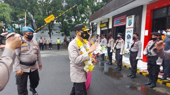 Kapolre Bitung AKBP Indra Pramana Hidayat SIK dan Ny Lesli Indra Pramana disambut jajaran Polres Bitung.