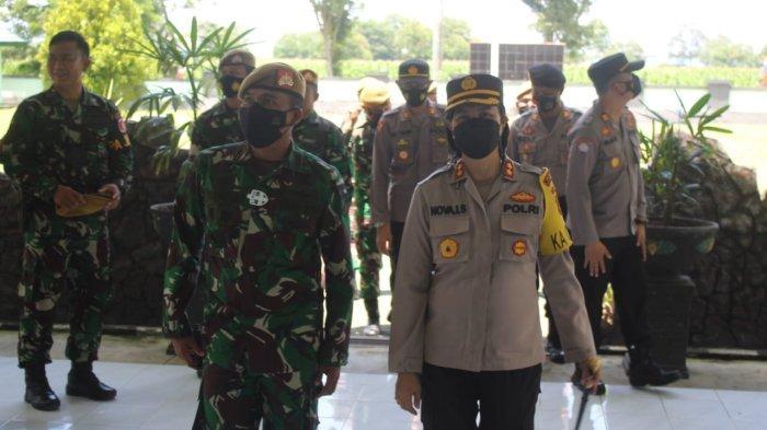 Kapolres Bolmong AKBP Nova Surentu datang bersama beberapa perwiranya dan disambut oleh Wakil Komandan Batalyon (Wadanyon) Armed 19/105 Tarik Bogani Mayor Arm Reynold Christian Siregar.