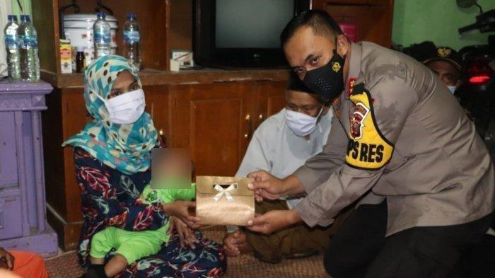 Kapolres Sukabumi AKBP M Lukman Syarif memberikan bantuan dari Presiden Jokowi kepada SA (25) istri BS terduga teroris di Kampung Limbangan, Desa Cibodas, Kecamatan Bojonggenteng, Kabupaten Sukabumi. (Istimewa)