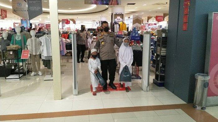 Kapolresta Manado Ajak Anak Yatim ke Mal Beli Baju Baru