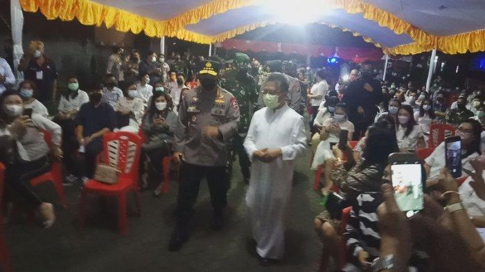 Kapolri Jenderal Polisi Listyo Sigit Prabowo tiba di Katedral Manado Kamis (1/4/2021) malam.