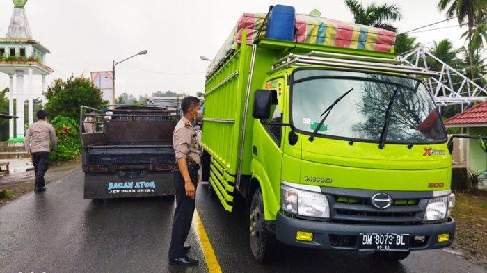 Kapolsek Pinogaluman Ipda Indrawan Mamonto saat melakukan pengecekan kendaraan masuk perbatasan Bolmut-Gorontalo.