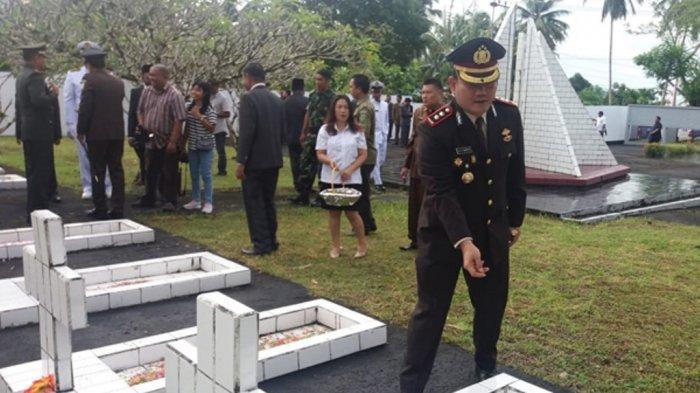 Kapolres AKBP Sudung Napitu Tabur Bunga di TMP Bersama Bupati dalam Rangka HUT ke-594 Sangihe