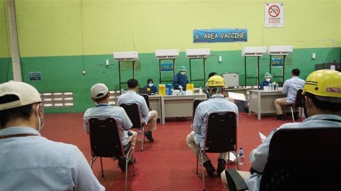 Karyawan dan keluarga PT Astra Daihatsu Motor mengikuti Program Vaksinasi Gotong Royong