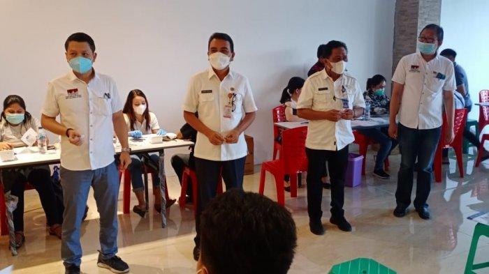 Karyawan yang tergabung dalam Asosiasi Pengusaha Ritel Indonesia (Aprindo) mengikuti vaksinasi massal, Rabu (23/6/2021)
