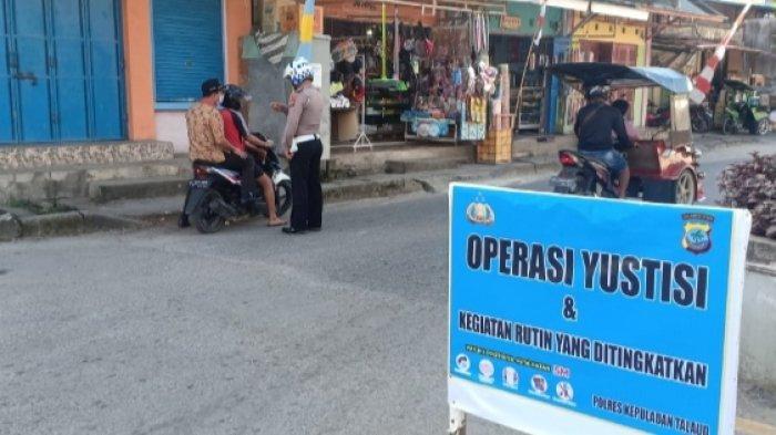 Kasat Lantas Polres Kepulauan Talaud IPTU Jhoni Laluas bersama personelnya melaksanakan Ops Yustisi Covid 19 dan Patroli Stasioner di sejumlah sasaran.