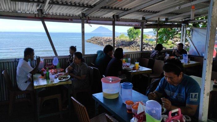 Kawasan Karang Ria, Boulevard II Manado jadi pusat kuliner baru khusus tinutuan di Kota Manado.