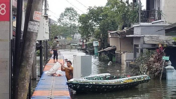 Kawasan Periuk Damai, Kelurahan Periuk, Kecamatan Periuk, Kota Tangerang yang masih terendam banjir setinggi dua meter, Selasa (23/2/2021).