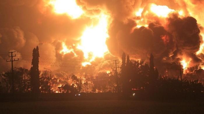 Kebakaran di kilang minyak pertamina di Indramayu, Senin (29/3/2021) Dini hari.