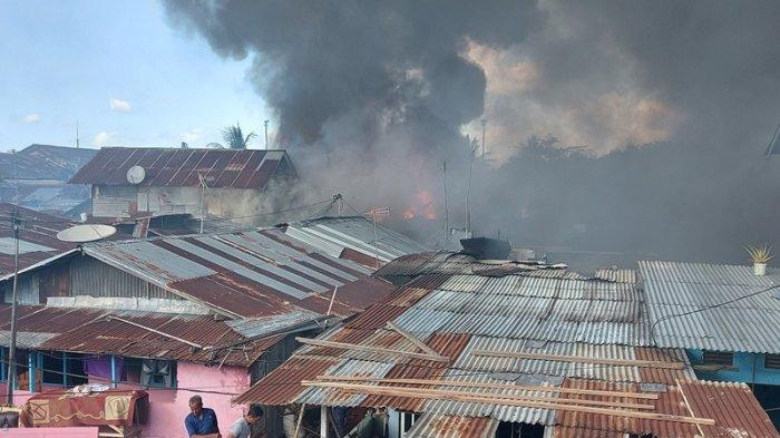 Suasana Kebakaran di pemukiman padat penduduk Pasar Tua Lingkungan 4 Kelurahan Bitung Tengah Kecamatan Maesa Kota Bitung