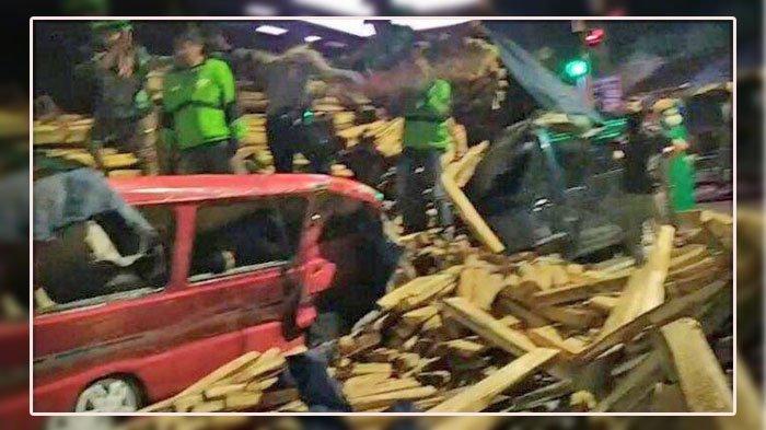 Kecelakaan di Salatiga, truk rem blong tabrak Suzuki Carry.