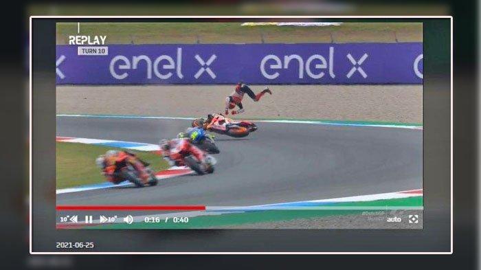 FOTO: Kecelakaan highside yang dialami oleh pembalap Repsol Honda, Marc Marquez saat menjalani sesi latihan bebas kedua di MotoGP Belanda 2021 yang berlangsung di Sirkuit Assen, Jumat (25/6/2021)