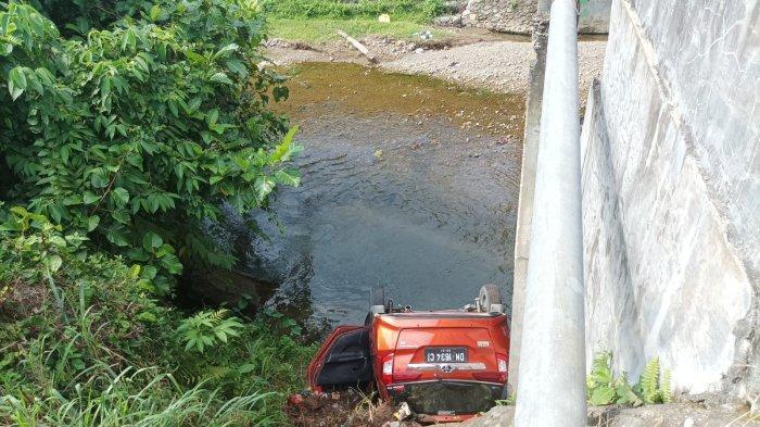 BREAKING NEWS: Mobil Toyota Calya Terjun ke Sungai di Bolmong