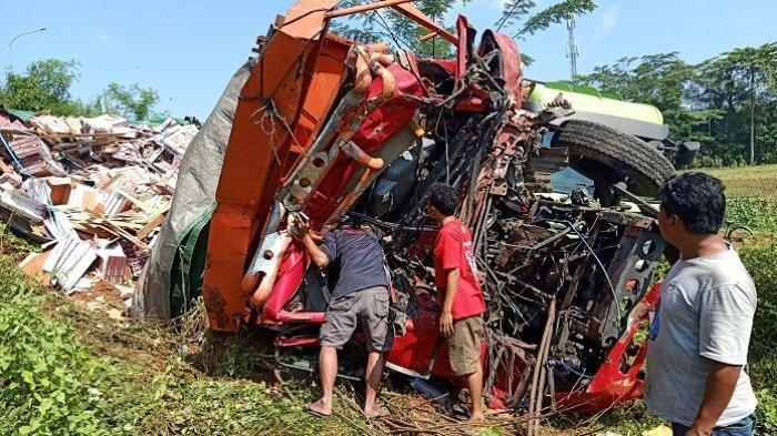 Kecelakaan Maut Tadi Pagi, Truk Tronton Hino vs Tronton Nissan, Terpental ke Jurang, 1 Sopir Tewas