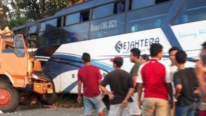 Kecelakaan Maut Tadi Sore, Seorang Kernet Tewas, Bus Ditabrak Truk padahal Ada Dipinggir Jalan