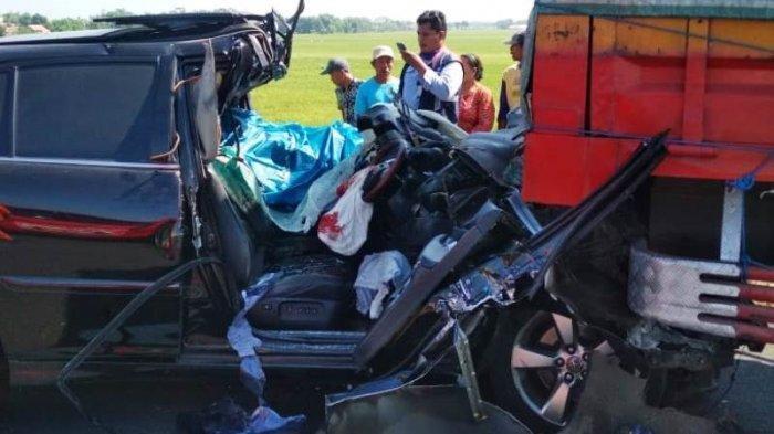 Kecelakaan Maut Tadi Subuh Pukul 04.40 WIB, 4 Orang Tewas, Mobil Pecah Ban Lalu Oleng Tabrak Truk