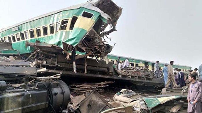 32 Orang Tewas usai Insiden Dua Kereta Api Bertabrakan hingga 8 Gerbong Hancur Total