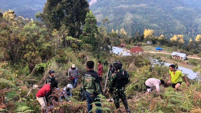 Kecelakaan maut, sejumlah anggota TNI di Intan Jaya Papua, Jumat (11/09/20). Sertu Heri Susanto dan Pratu Jhan Risky Pratama Purbatua meninggal dunia di lokasi kejadian.