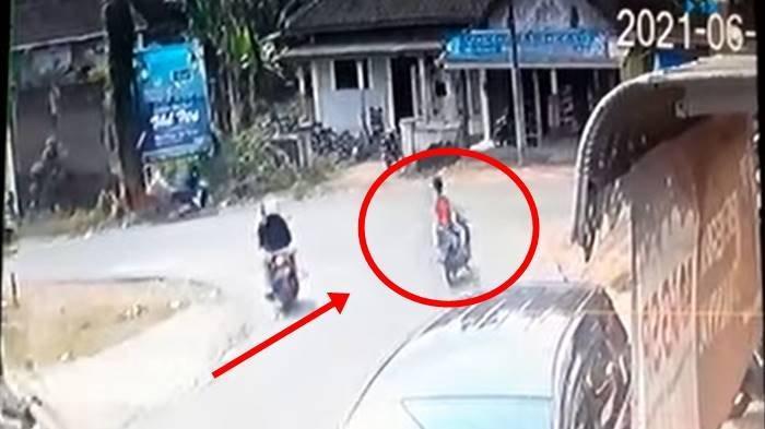 Kecelakaan Maut Terekam CCTV, 2 Orang Tewas, Sepeda Motor Masuk Toko di Ujung Tikungan