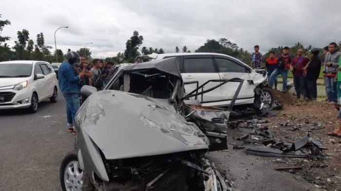 Kecelakaan Mobil Twincam dan Xenia, Adu Moncong hingga Ringsek, 6 Orang Jadi Korban