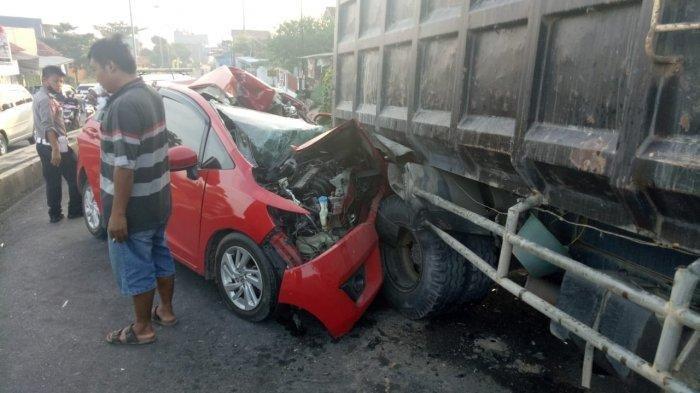 Kecelakaan Tadi Pagi, Honda Jazz Tabrak Truk, Saksi: Supirnya Gak Mati Cuma Lecet Dikepala Doang