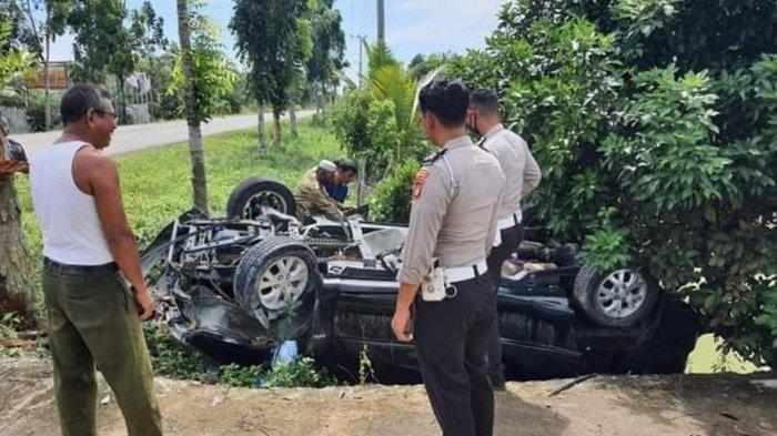 Kecelakaan tunggal di Jalinsum, 1 orang  tewas. Innova menghantam pohon pelindung
