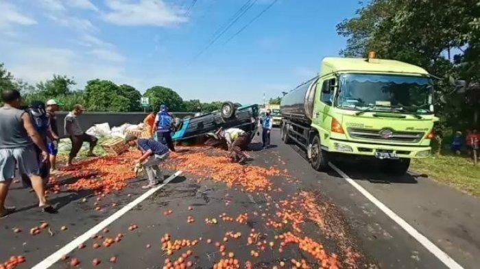 Mobil yang Dikendarai Kiki Tiba-tiba Oleng dan Terbalik, Sayur dan Tomat Berserakan di Jalan Tol