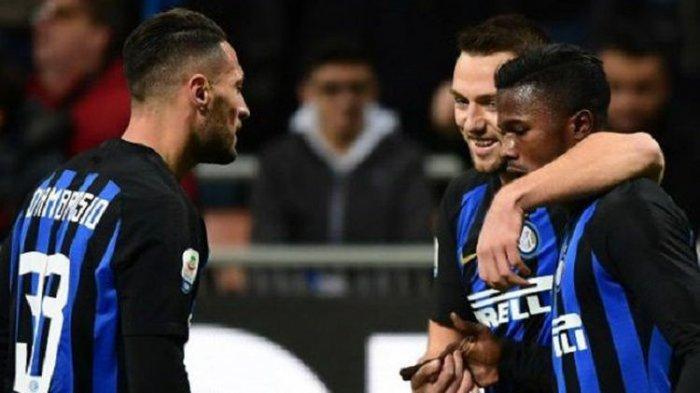 Keita Balde merayakan golnya bersama Danilo DAmbrosio Stefan de Vrij pada laga Inter Milan vs Frosinone di Stadion Giuseppe Meazza, 24 November 2018.