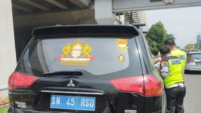 Mobil Pajero Sport yang ditilang polisi karena menggunakan pelat nomor palsu dan mengaku dari Kekaisaran Sunda Nusantara, Rabu (5/5/2021)