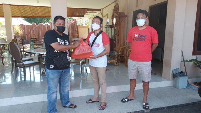 Kelompok masyarakat Rica-Rica Batamang dan Ketua Fraksi PDI Perjuangan DPRD Bitung Geraldi Mantiri bantu pelaku atau pekerja seni yang terdampak Covid 19.