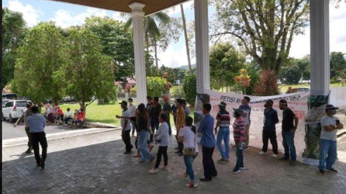 BREAKING NEWS - DPRD Minahasa Ricuh, Dua Kelompok Masyarakat Nyaris Baku Pukul