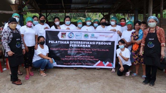 Kelompok perempuan pesisir bentukan dan binaan LSM Manengkel Solidaritas mendapat pengetahuan cara mengolah ikan menjadi bakso ikan dan nugget ikan