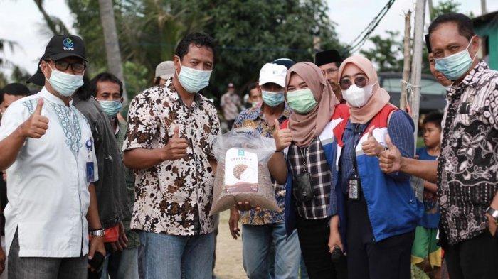 Kelompok Petambak Udang di Wiringtasi Kecamatan Suppa saat memamerkan pakan alami probiotik yang mereka gunakan