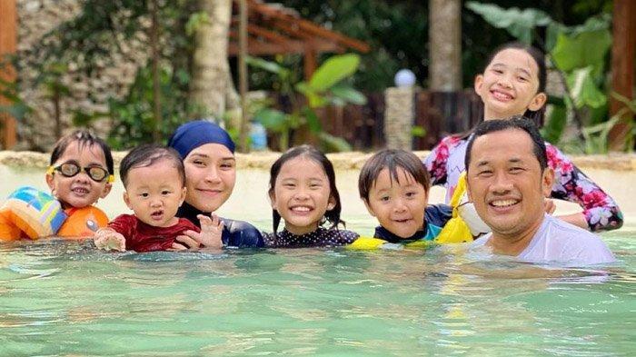 Kenalkan Ragam Budaya Indonesia, Perayaan HUT RI Keluarga Zaskia Adya Mecca Lengkap Pakai Baju Adat