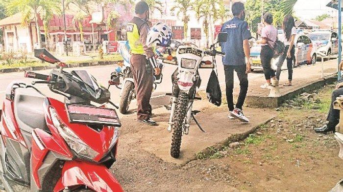 Bawa Kendaraan Dinas Tapi Tak Pakai Helm dan Tak Punya SIM