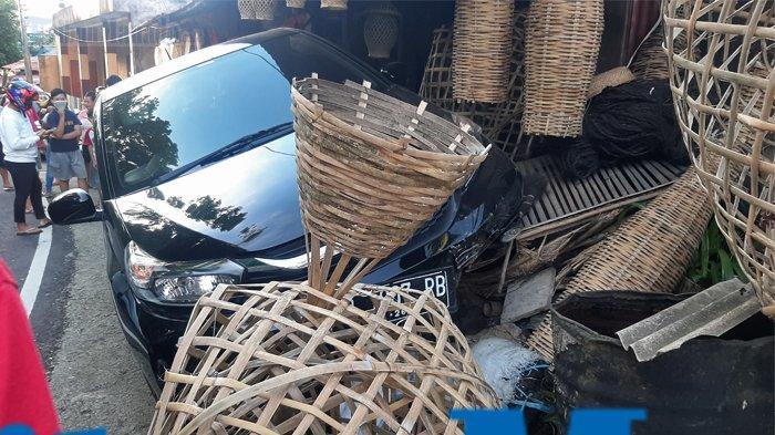 Kecelakaan di Tomohon,Honda Brio Tabrak Kios Penjualan Kerajinan Bambu di Kinilow