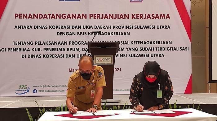 Kepala BPJamsostek Sulut, Mintje Wattu dan Kepala Diskop UMKM Sulut, Ronald Sorongan menandatangani PKS perlindungan Jamsostek bagi Penerima KUR, BPUM di Luwansa Manado, Selasa (07/09/2021).