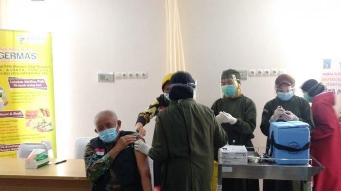 FOTO - Bupati Sleman, Sri Purnomo disuntik vaksin COVID-19 pertama di Puskesmas Ngemplak 2, Kamis (14/01/2021). (TRIBUNJOGJA/ Christi Mahatma Wardhani)