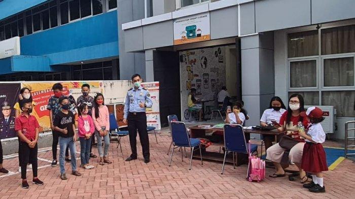 Tampil Beda, Imigrasi Bitung Antarkan Langsung Paspor ke Rumah Warga
