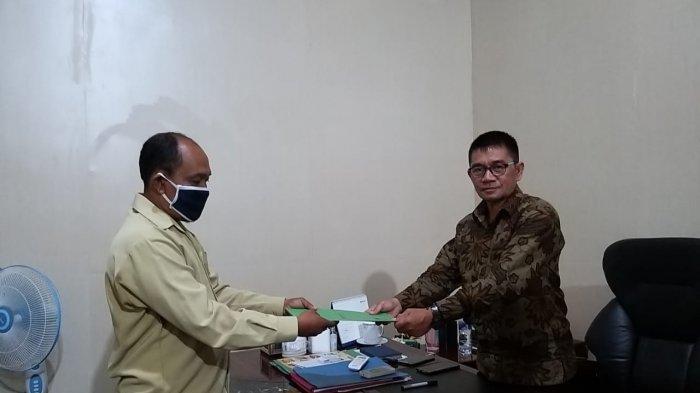 Kepala Kantor Kementerian Agama Kabupaten Bolmong Serahkan SK Mutasi Guru Agama Hindu